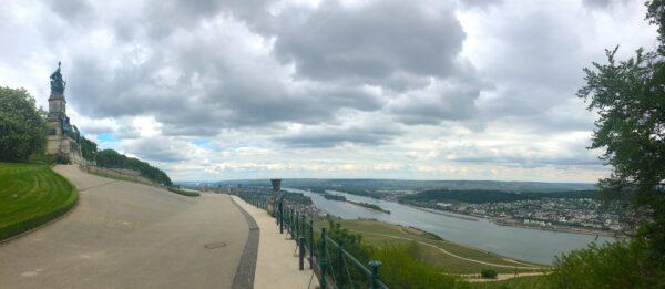 Die Germania über Rüdesheim am Rhein