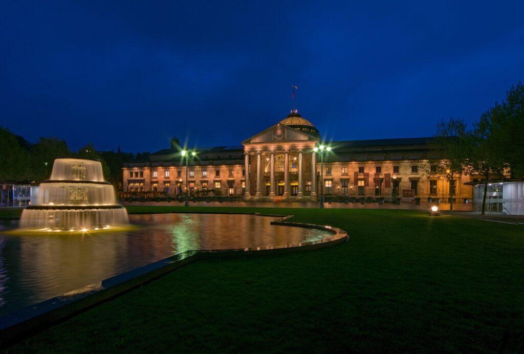 Das Kurhaus in Wiesbaden zur Blauen Stunde
